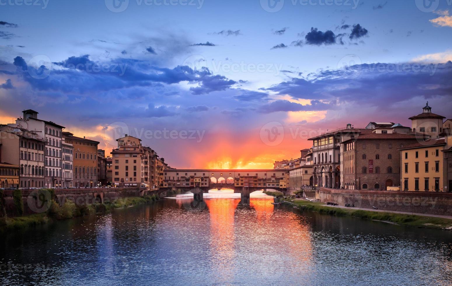 pôr do sol da ponte vecchio em florença, itália foto