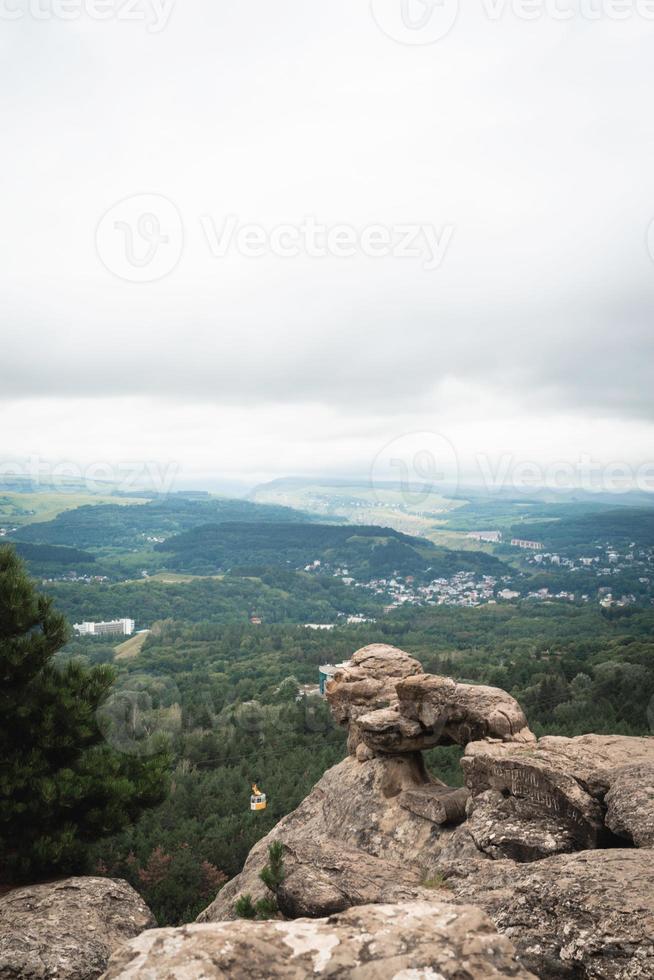 paisagem de rochas do pico da montanha. panorama da montanha foto