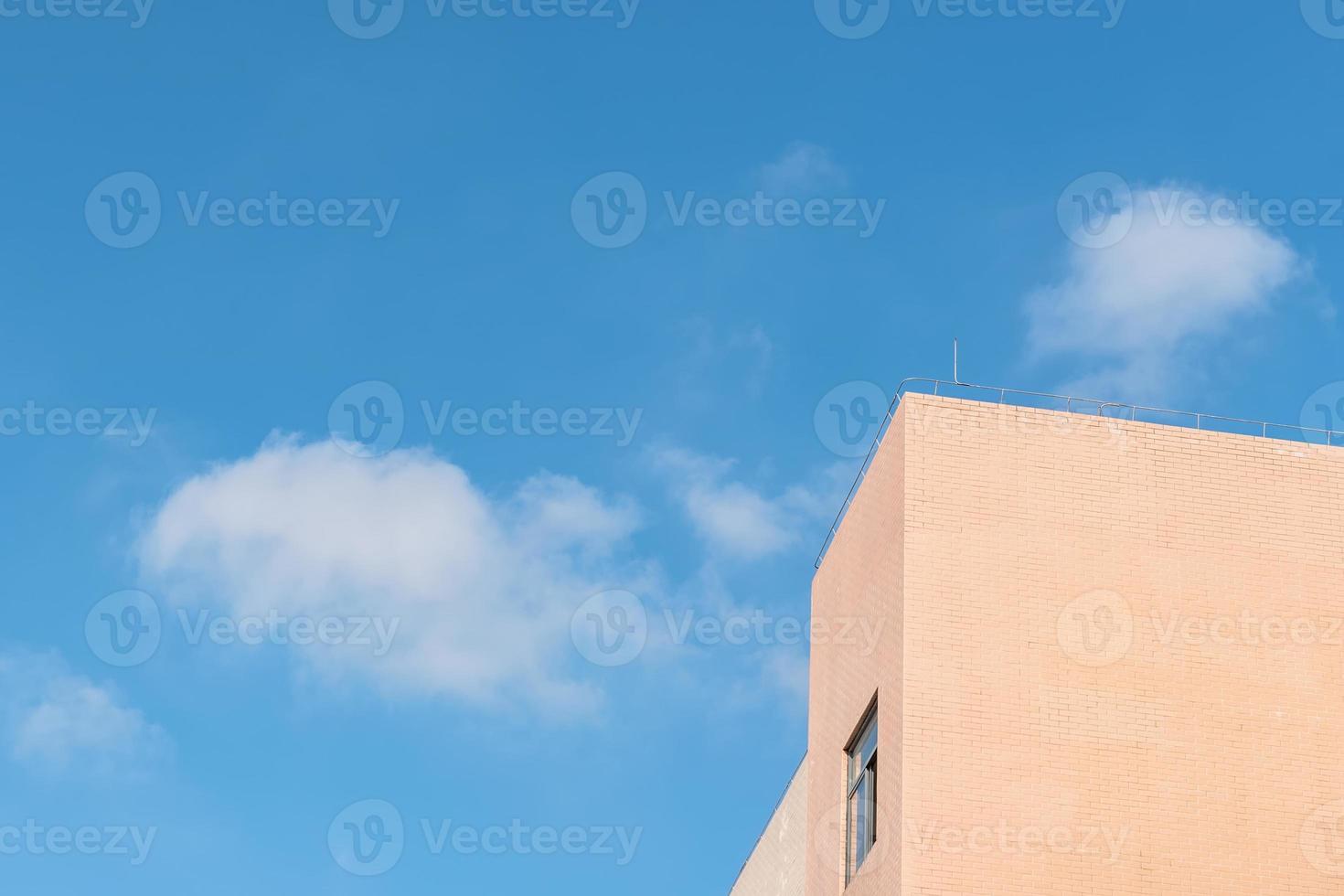 parte do edifício amarelo claro sob o céu azul e nuvens brancas foto