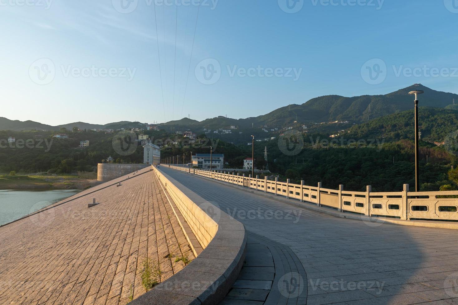 estradas pavimentadas com pedra estendem-se para longe foto