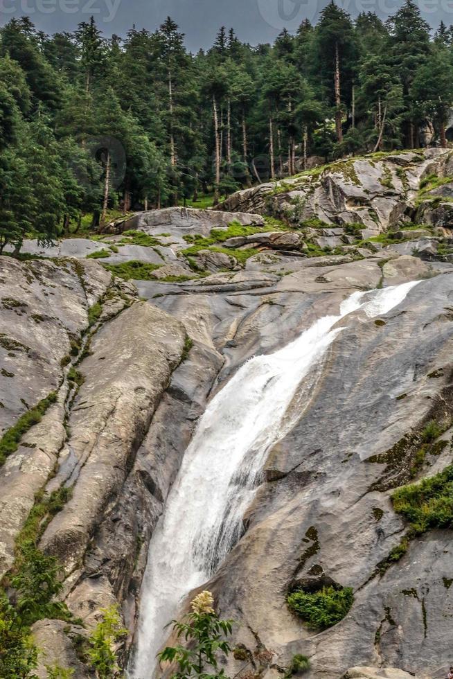 kumrat valley waterfall bela paisagem montanha vista foto