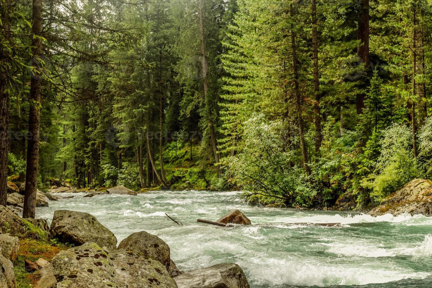 rio do vale de kumrat bela paisagem vista das montanhas foto
