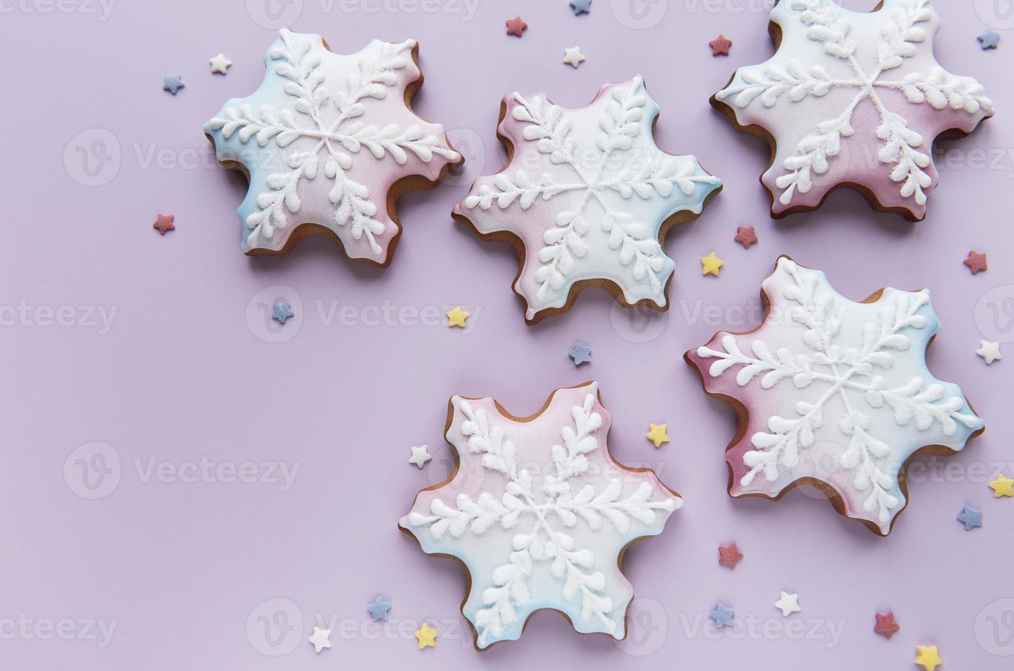 biscoitos de gengibre de natal em fundo rosa foto