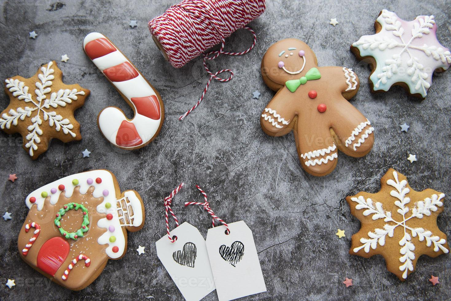 biscoitos de gengibre de natal em fundo escuro foto