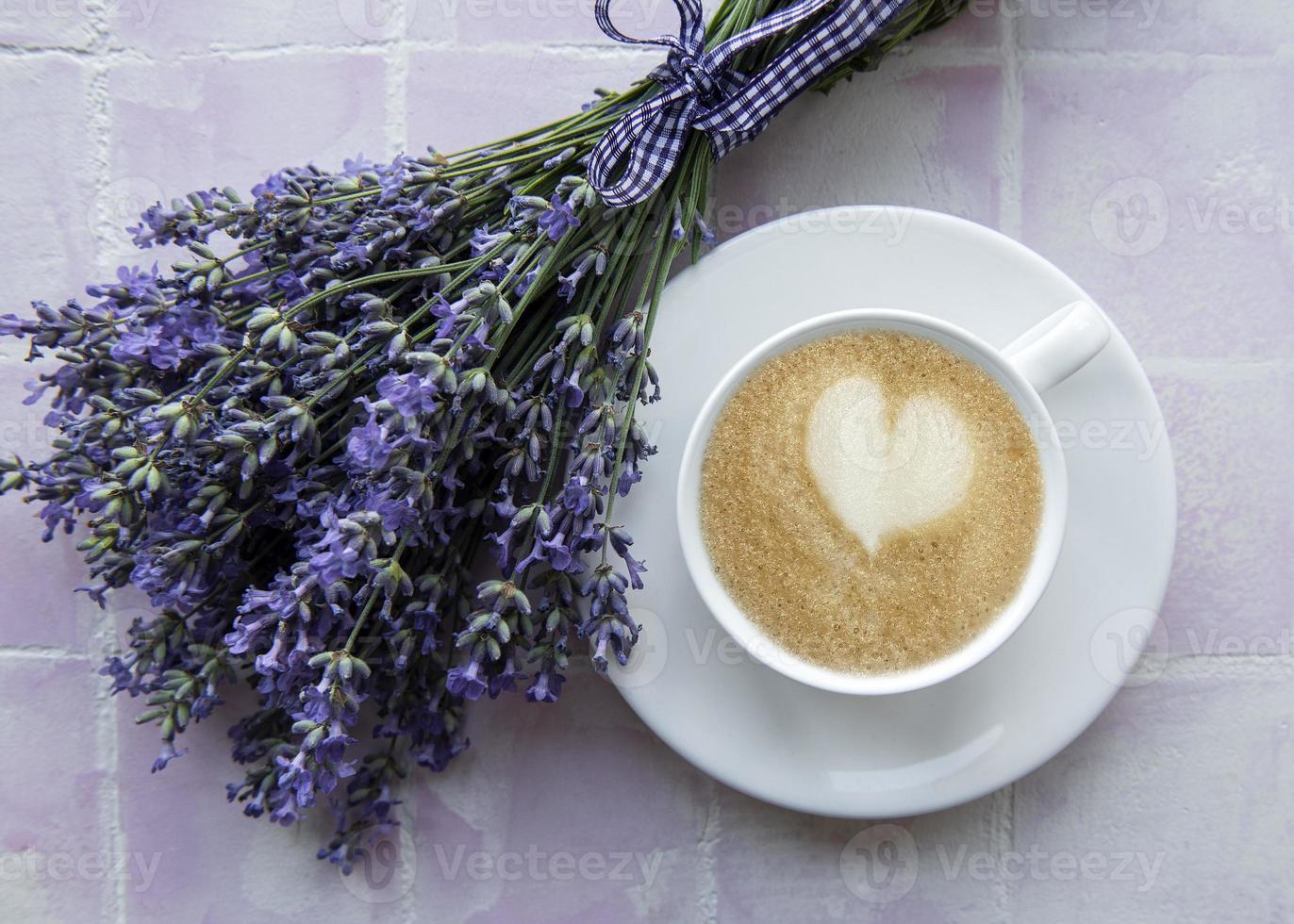 xícara de café com sobremesa de macaroon com sabor de lavanda foto