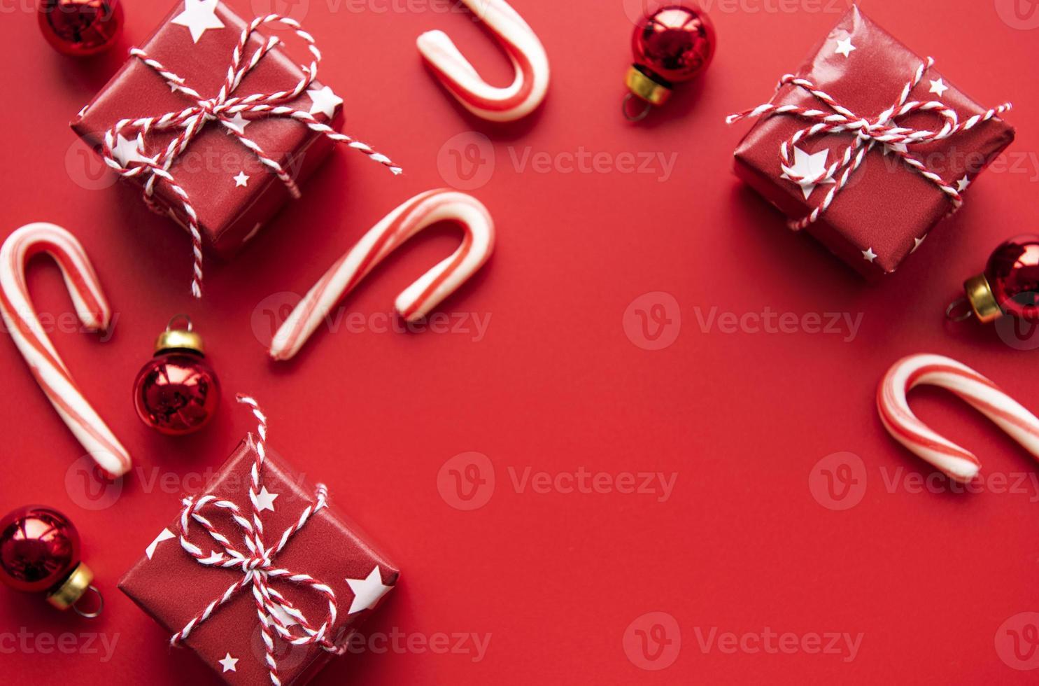 decoração de enfeites de natal vermelhos em fundo vermelho com espaço de cópia foto