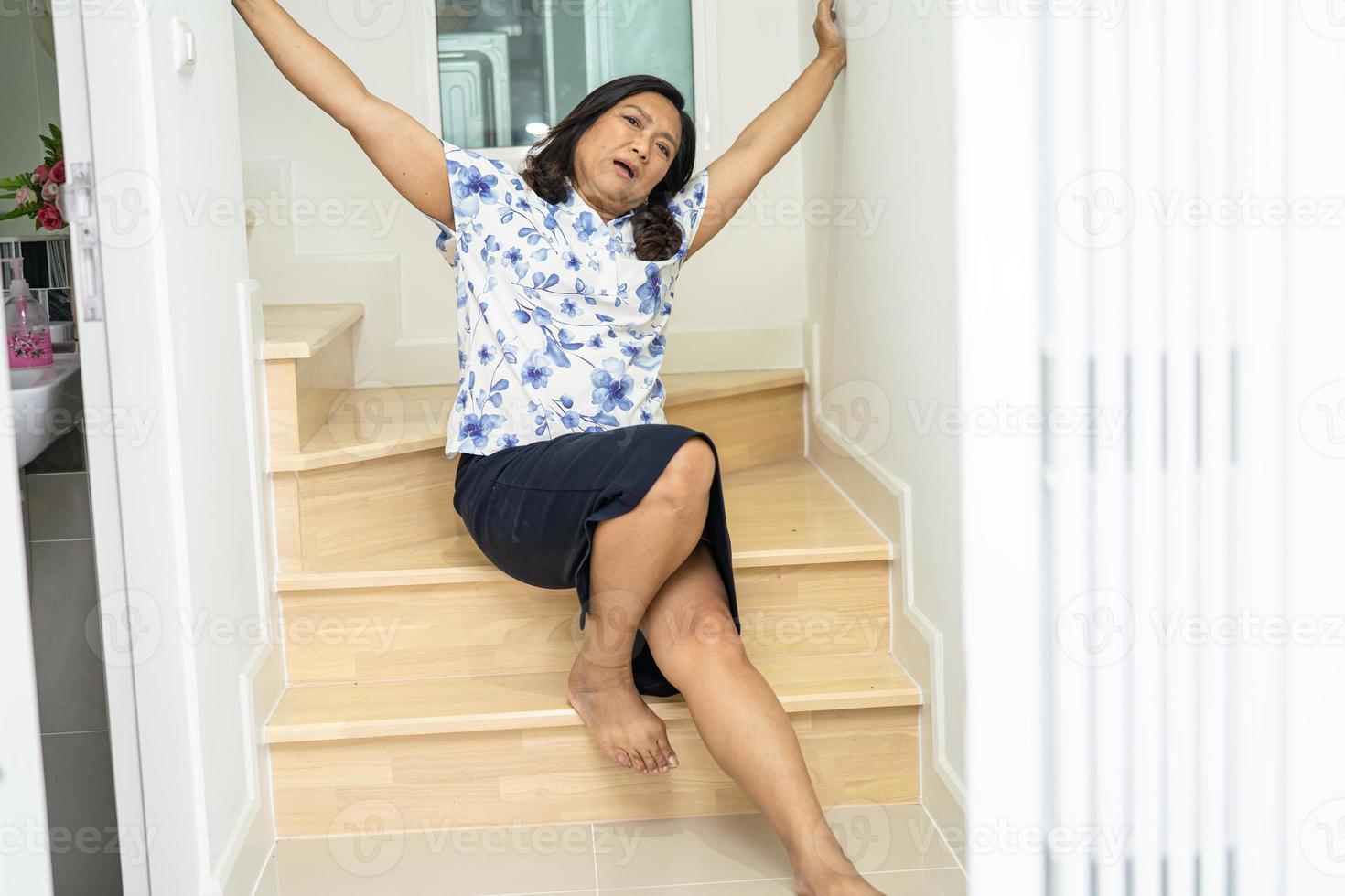 Mulher paciente asiática caiu da escada porque as superfícies escorregadias foto