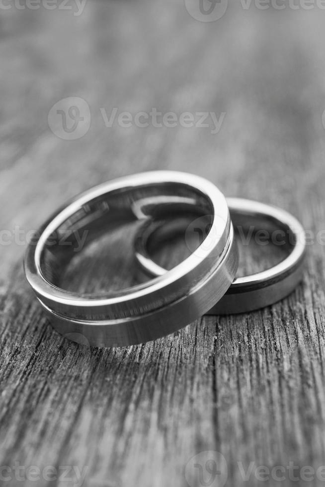 alianças de casamento em madeira velha em preto e branco foto