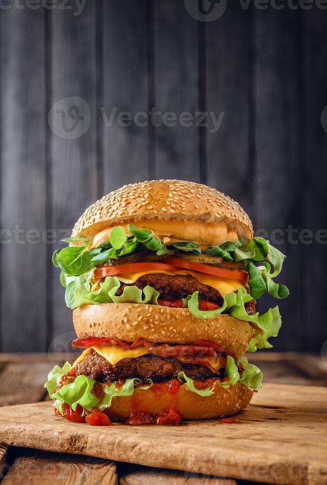hambúrguer duplo caseiro em fundo de madeira foto