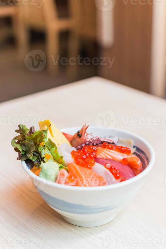 tigela de arroz de peixe cru de sashimi foto