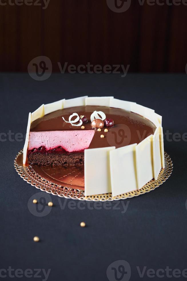 bolo de mousse de chocolate e cereja foto