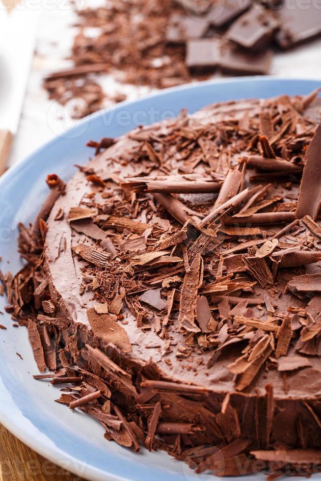 bolo de mousse de chocolate com cerejas escuras foto