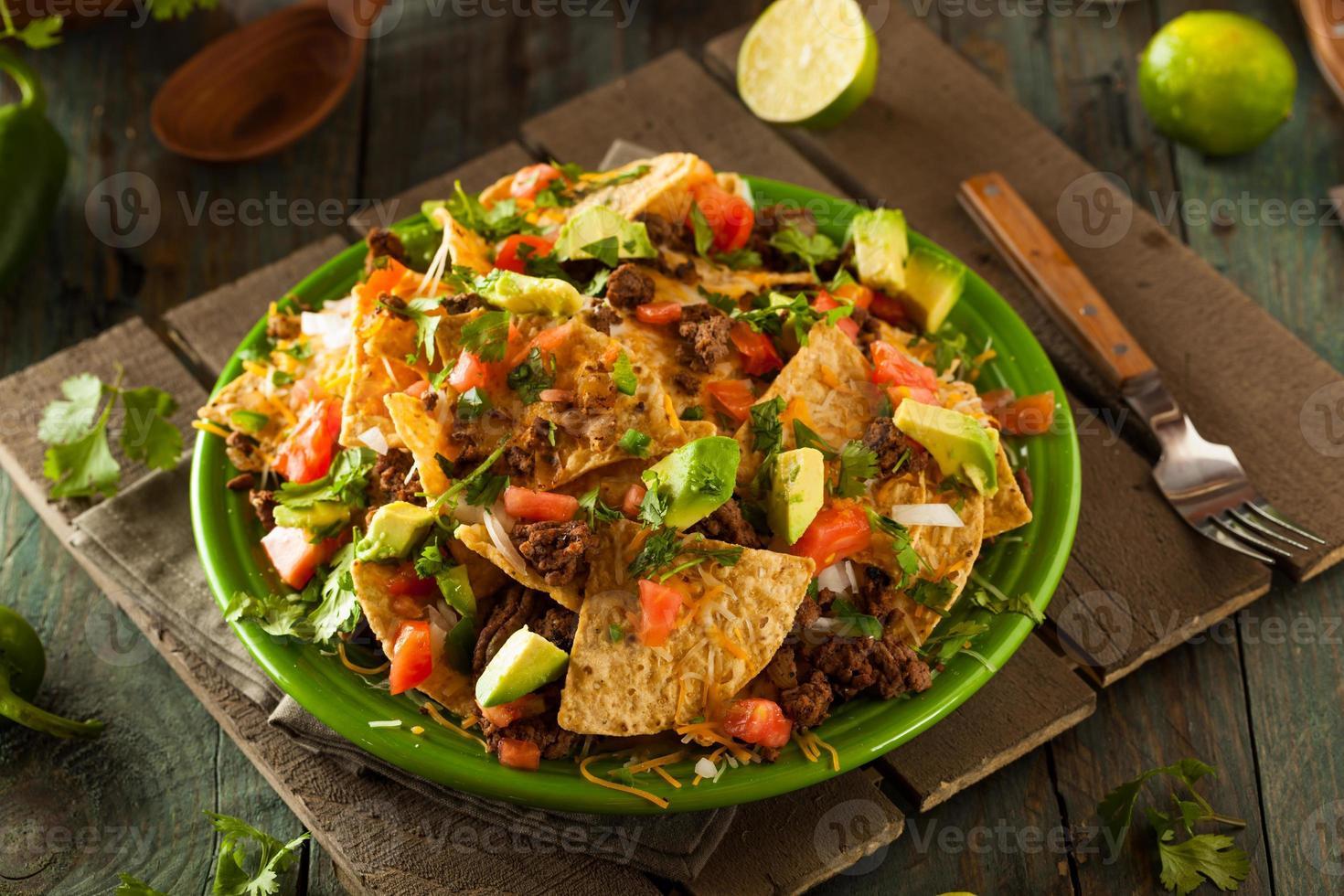 nachos de carne e queijo carregados foto
