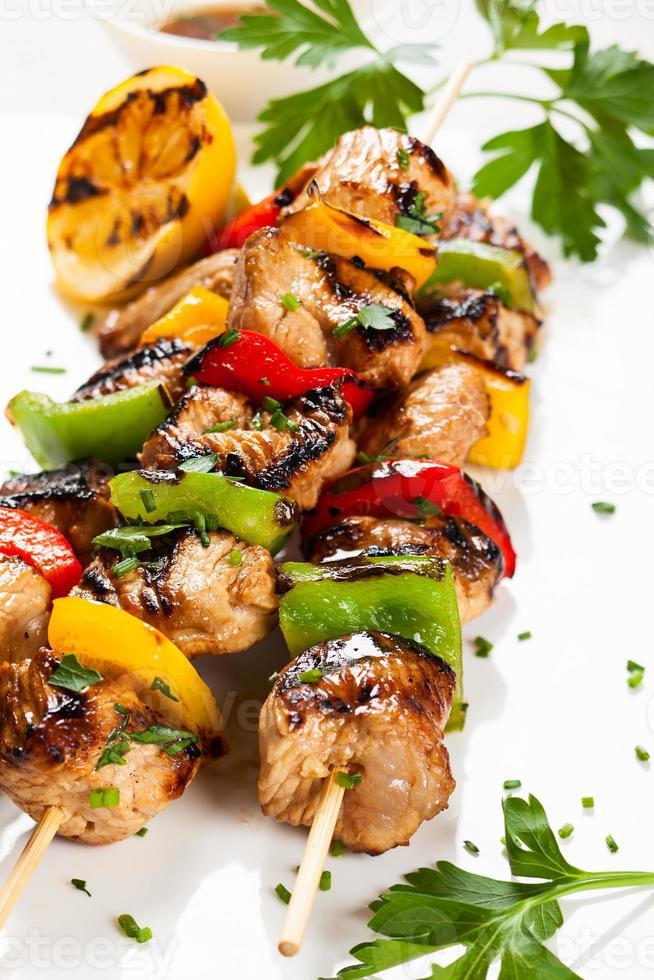 espetadas de carne e vegetais foto