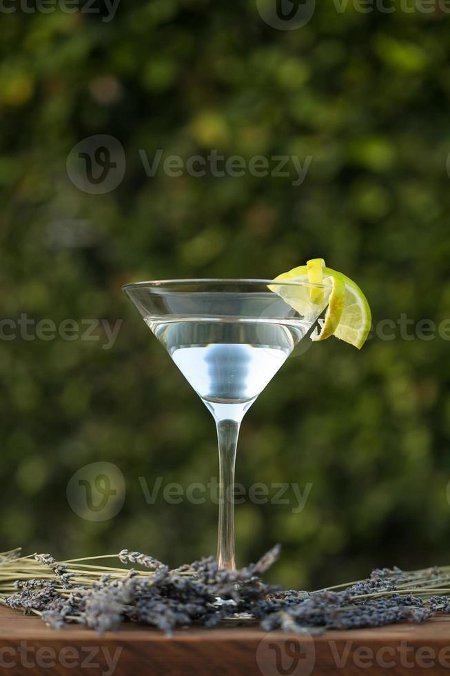 vodka ou gin coquetel com lavanda sobre fundo verde foto