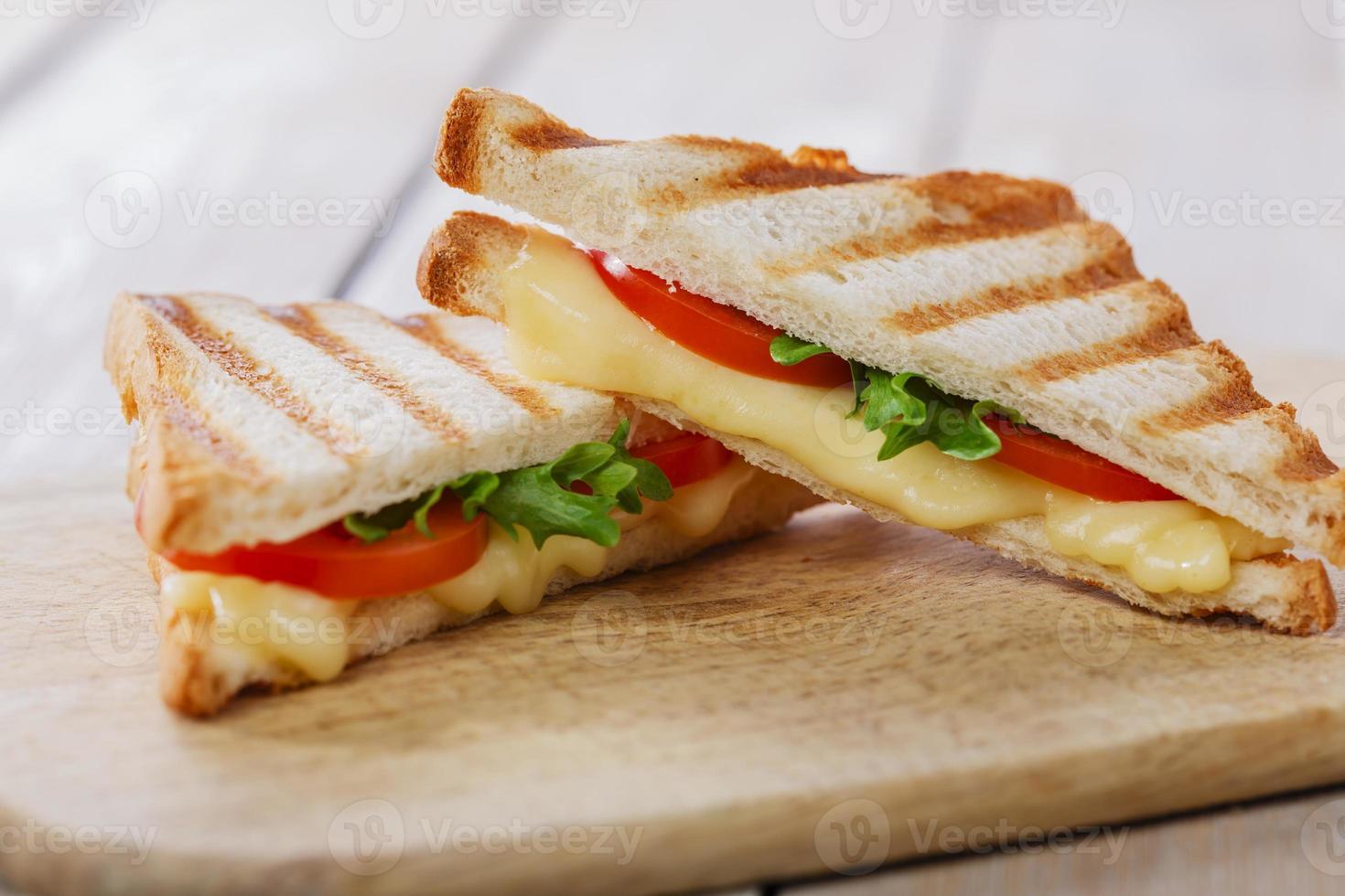 Torrada de sanduíche grelhada com tomate e queijo foto