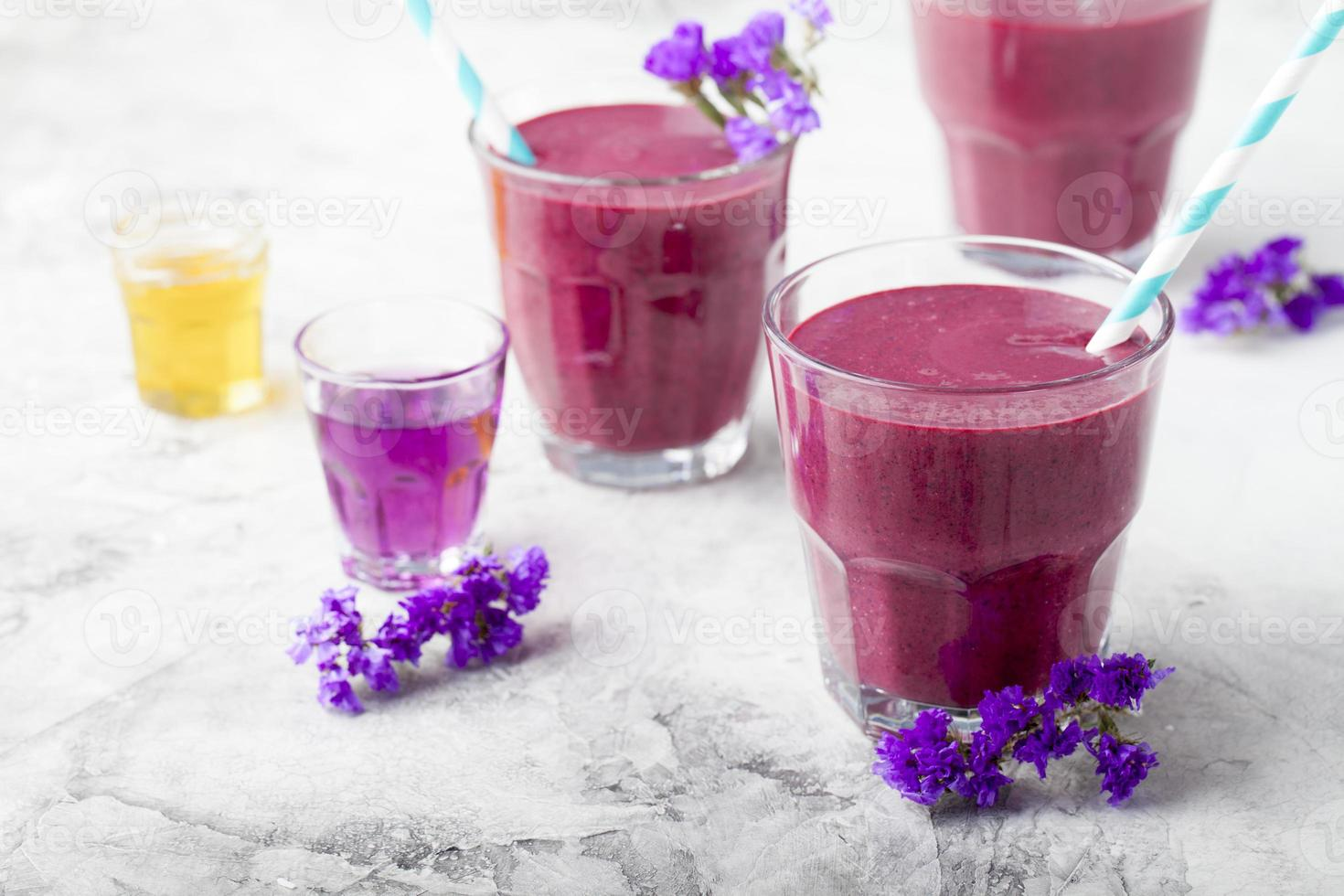 mirtilo, amora, madressilva, suco de mel com xarope de violeta e açaí. foto