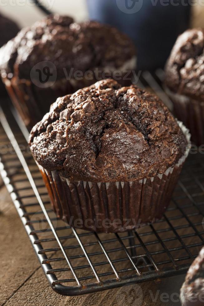 bolos caseiros de chocolate escuro foto