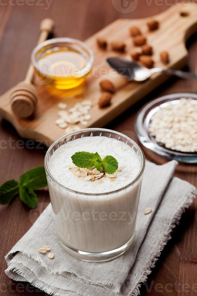 batido de milk-shake ou banana com amêndoas, aveia, mel e hortelã foto