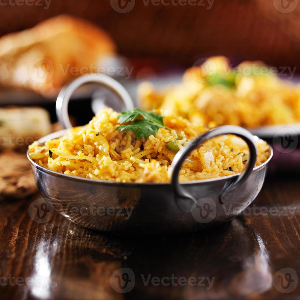 biryana de frango indiano em prato balti foto