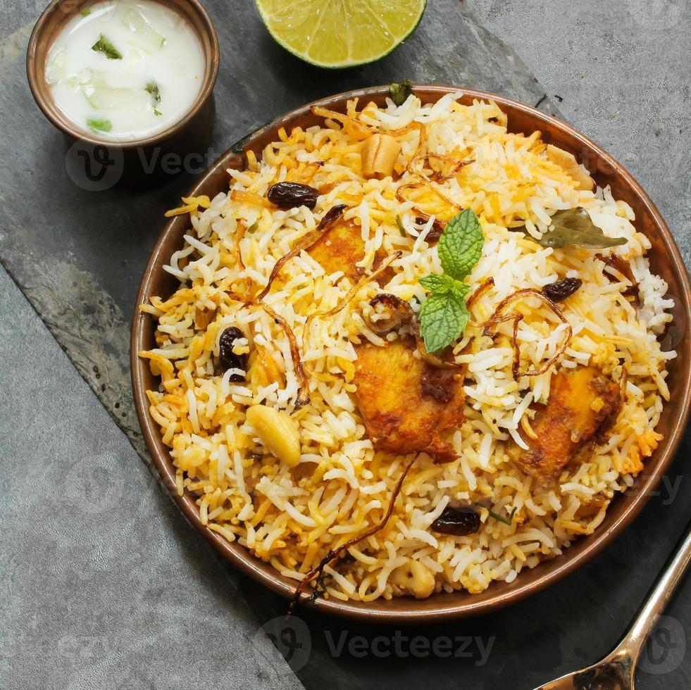 Biryani de peixe com arroz indiano comida basmati foto