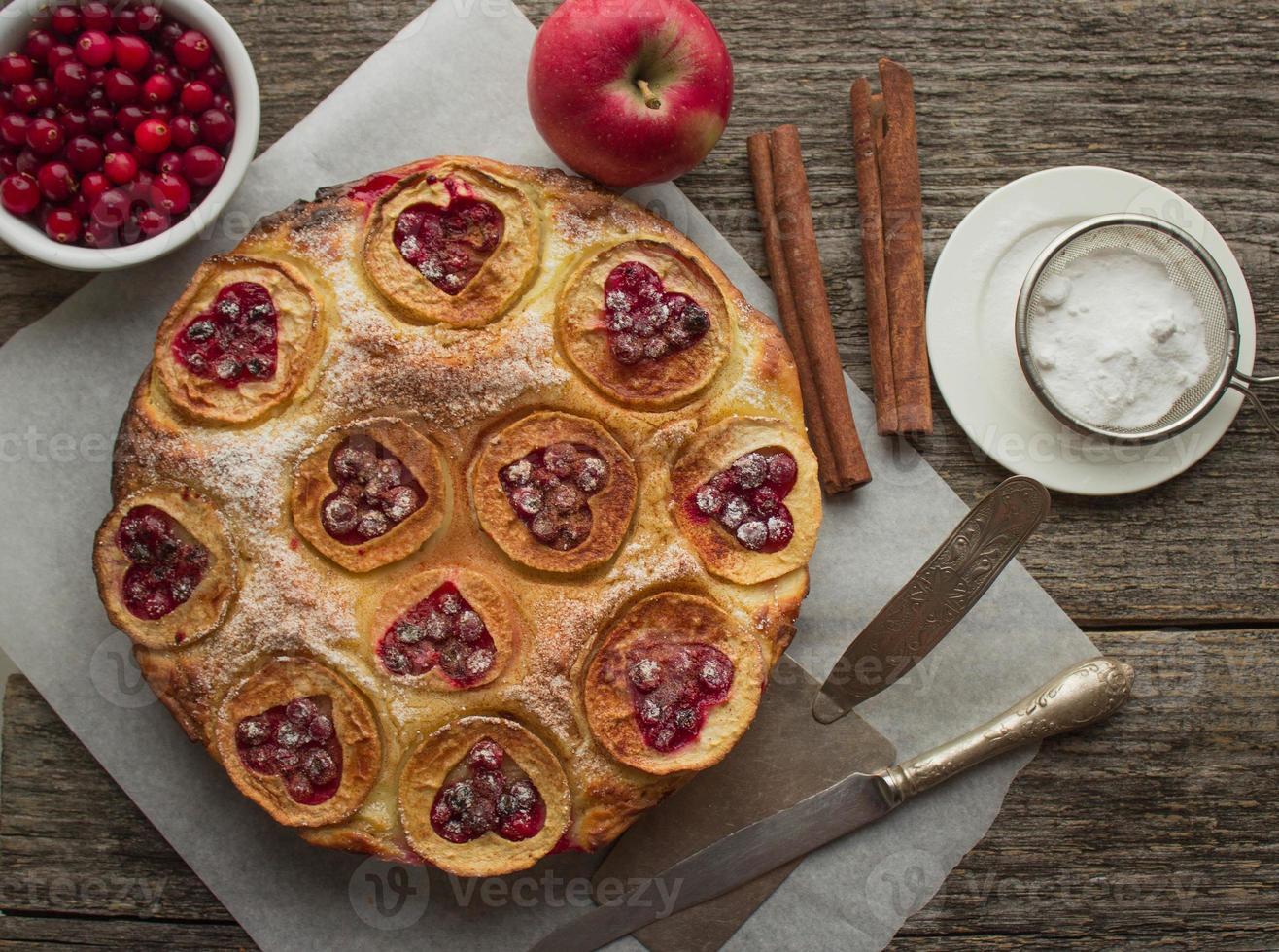 torta com maçãs, cranberries e canela foto