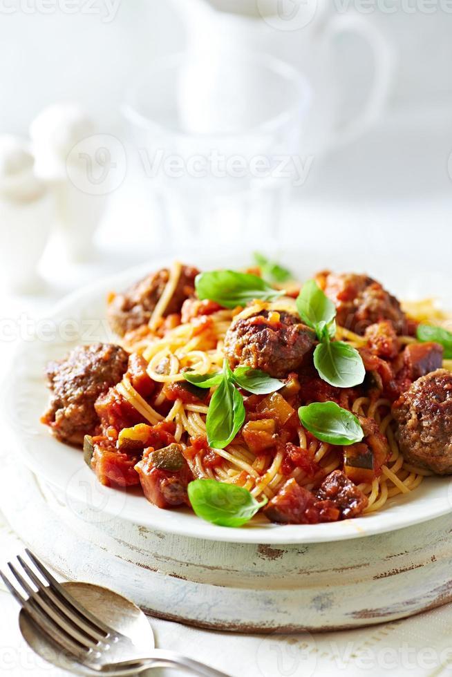 espaguete com almôndegas de carne e molho de vegetais foto