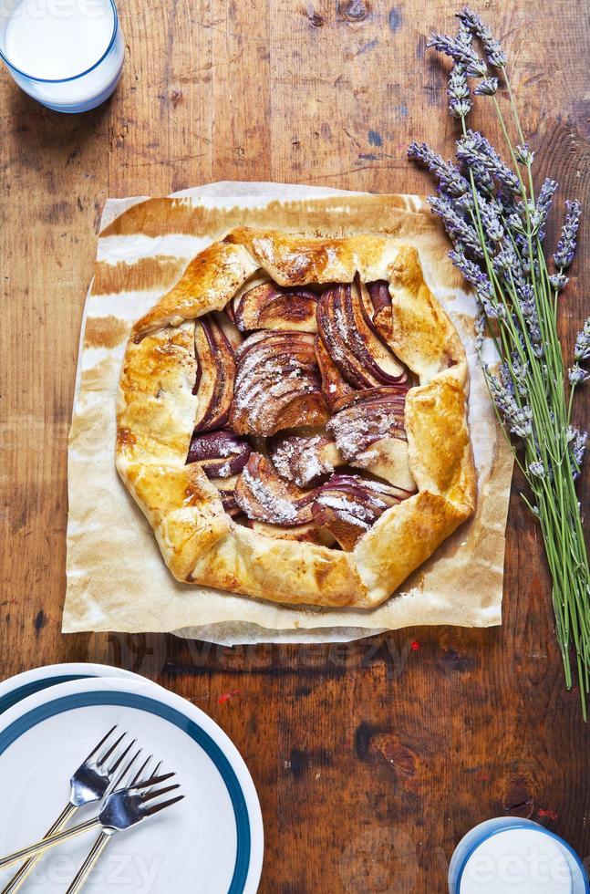 torta de maçã aberta saudável com lavanda. e leite de amêndoa. foto