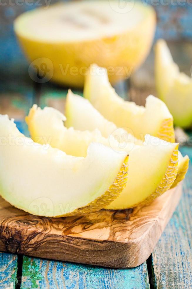 fatias de melão fresco na tábua foto