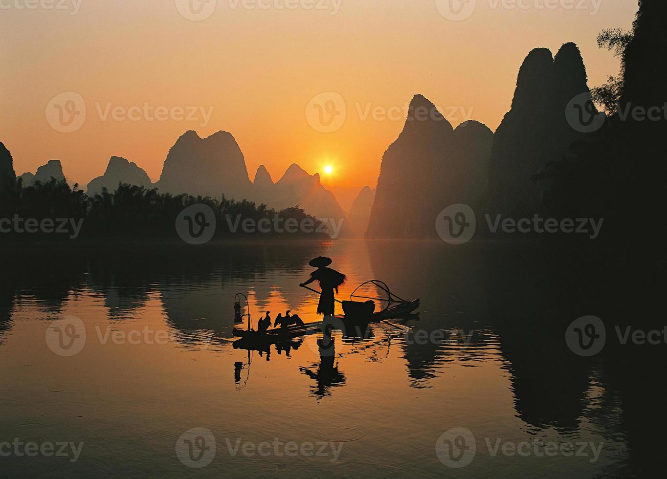 pescadores no rio li foto
