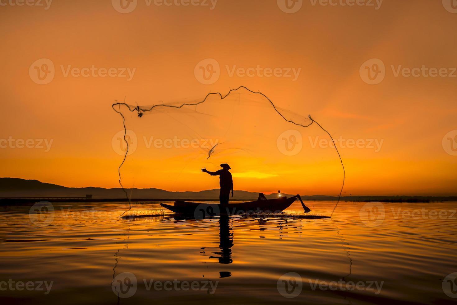 pescador do lago bangpra em ação ao pescar, Tailândia. foto