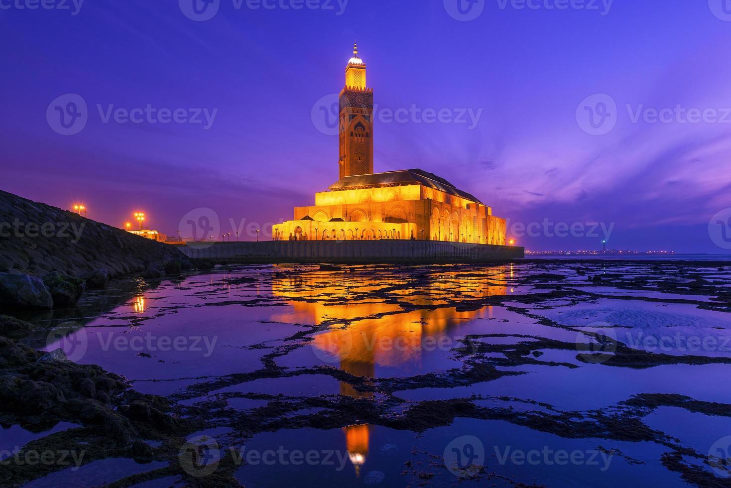 Mesquita hassan ii durante o pôr do sol em casablanca, marrocos foto