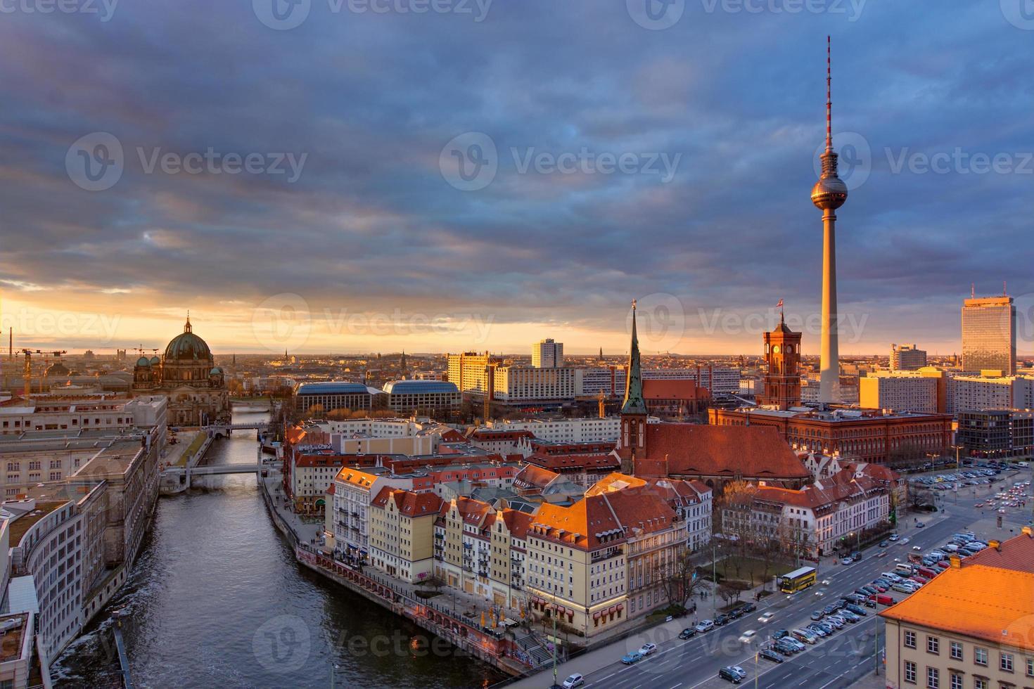 o centro de Berlim ao pôr do sol foto