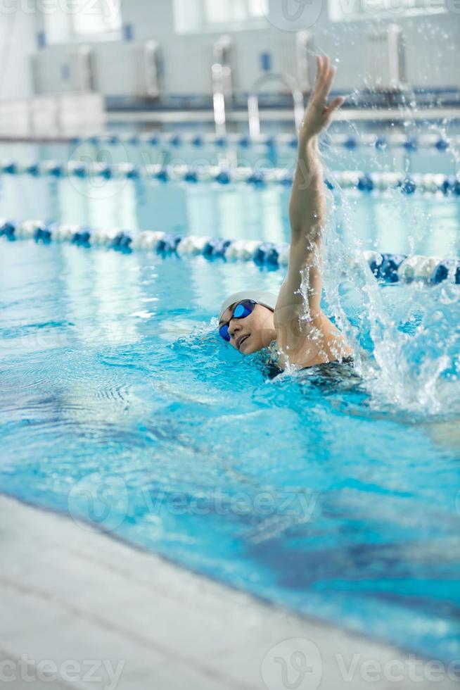 jovem de óculos de natação estilo de traçado de rastreamento frontal foto