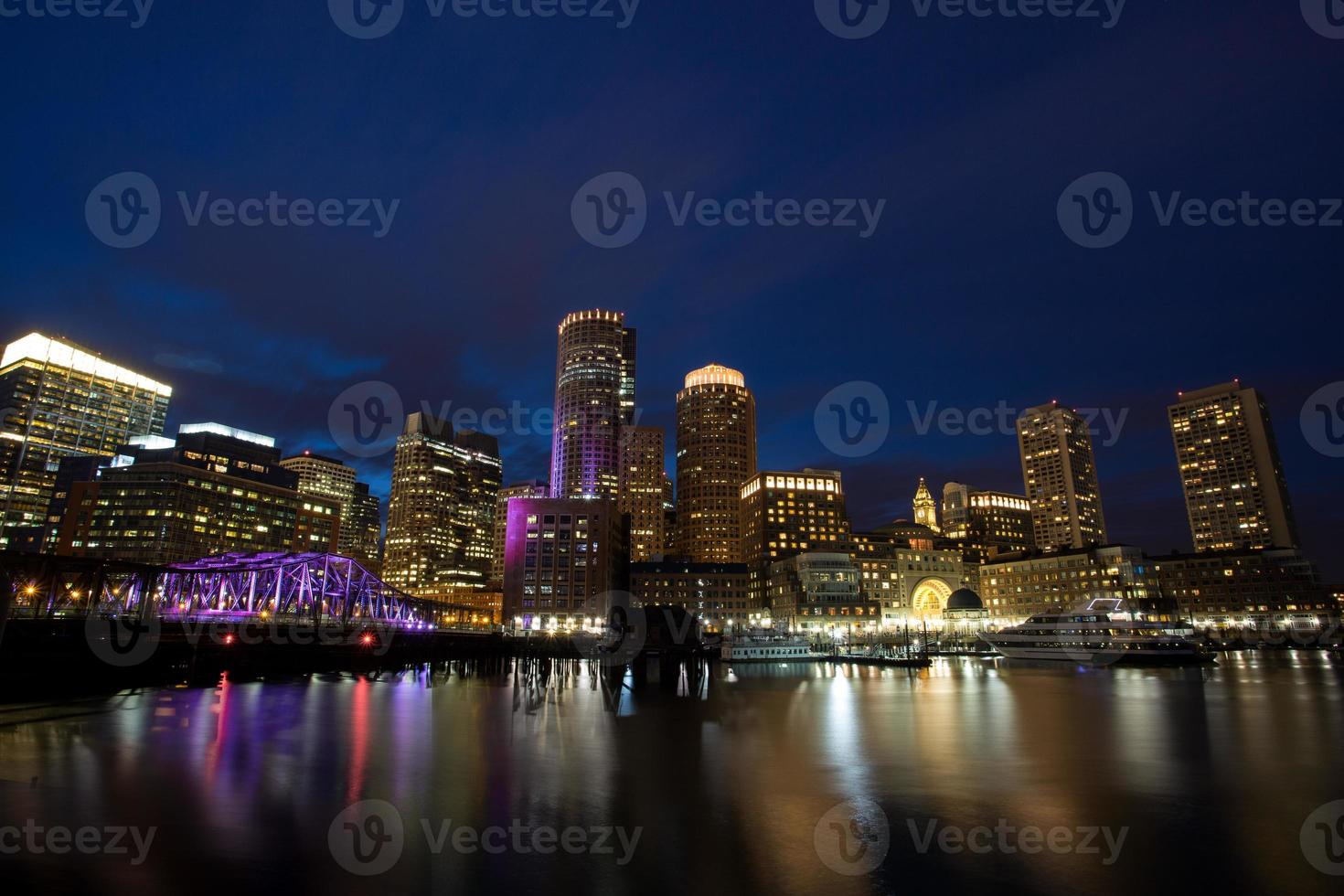 beira-mar de boston à noite foto