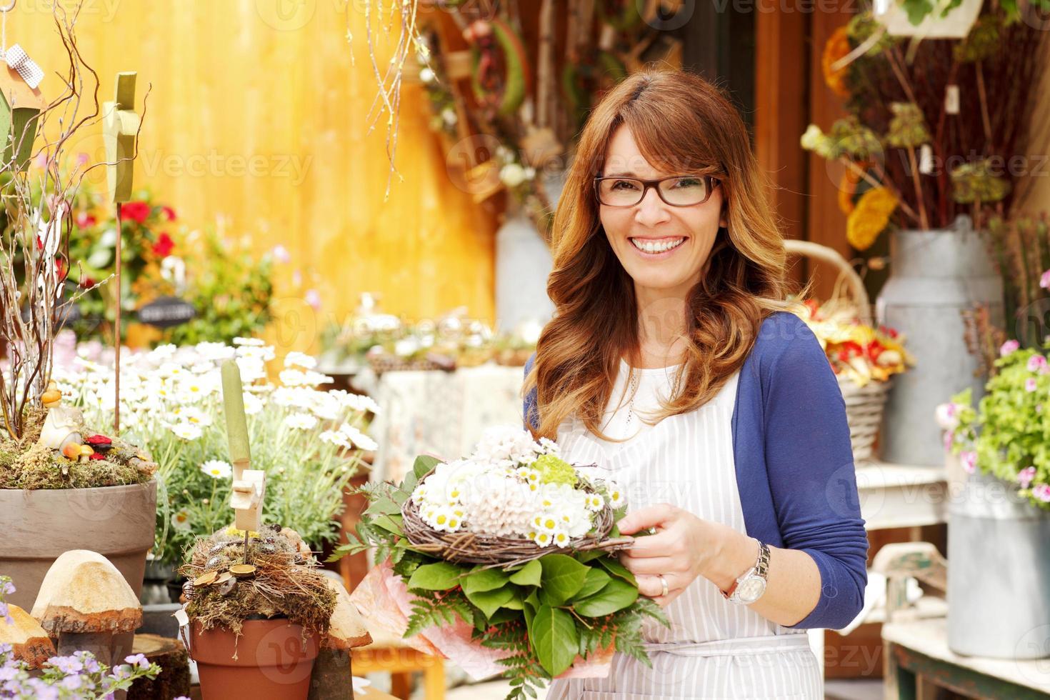 florista feminina pequena empresa proprietária de loja de flores foto