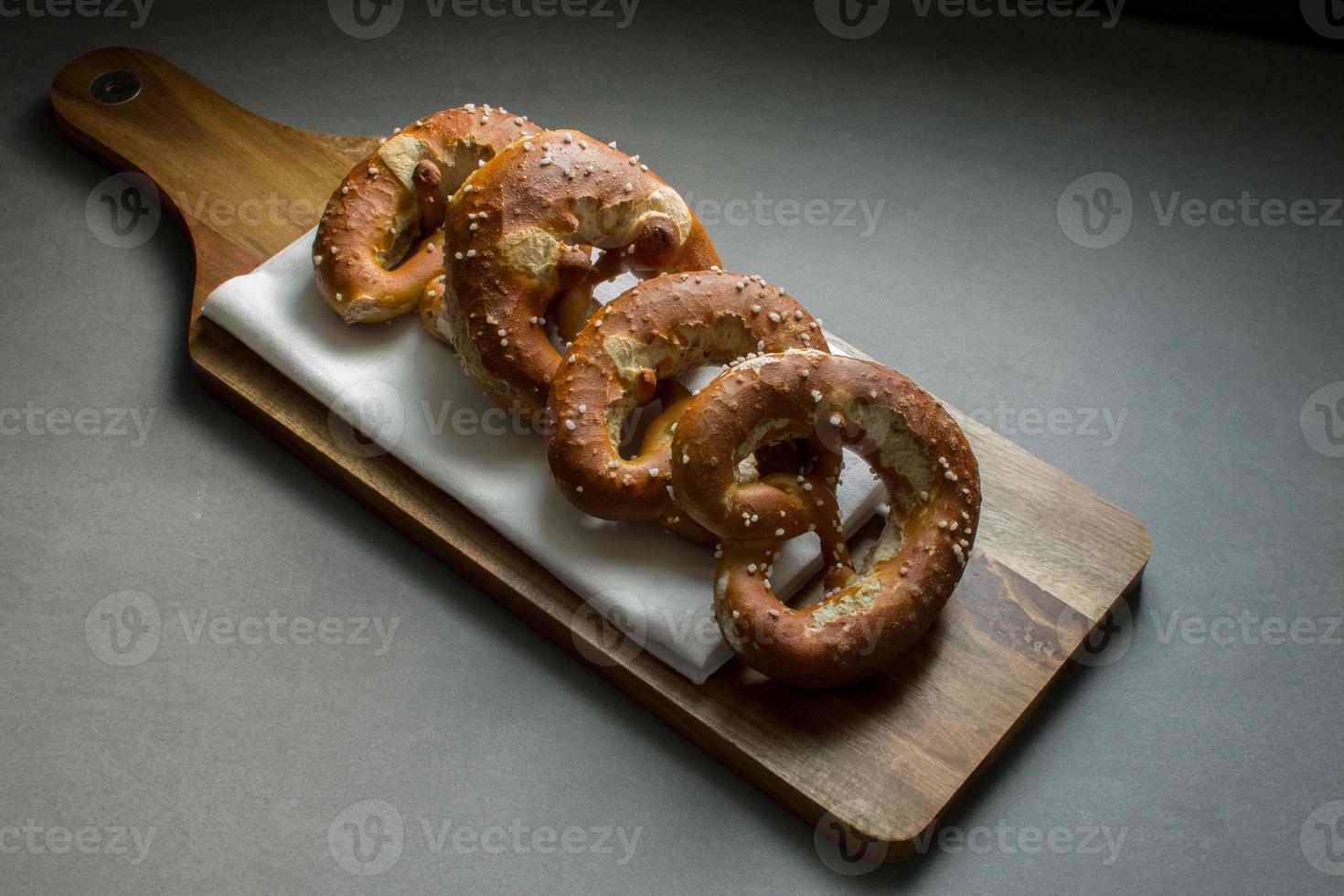breze / brezn / pretzels em uma tábua de pão foto