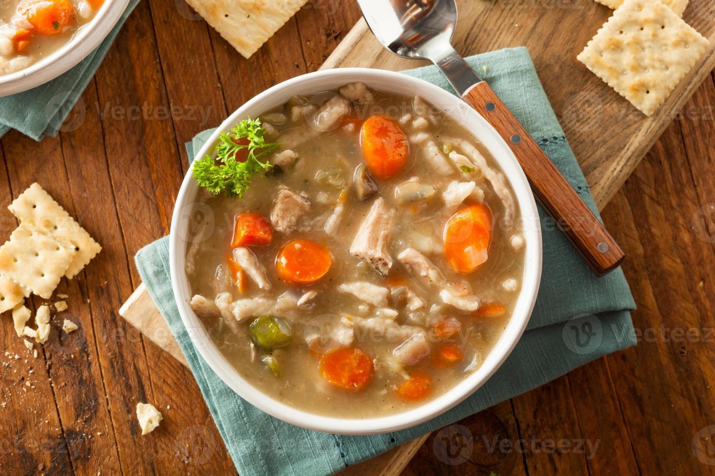 sopa de macarrão caseiro de frango foto