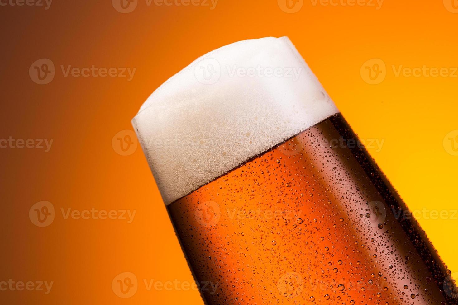 copo de cerveja alemã com gotas foto