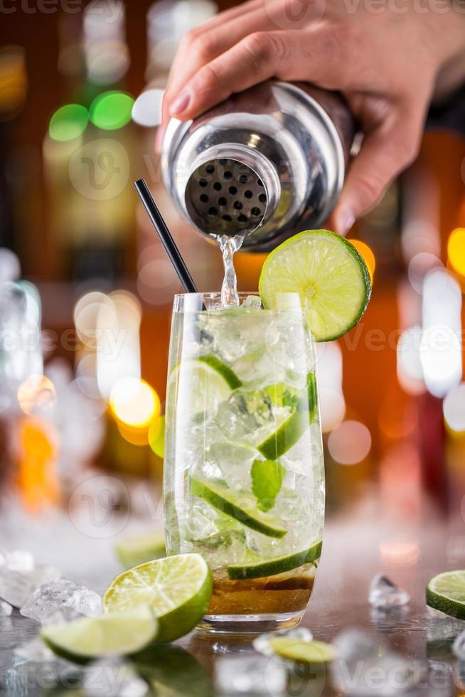 mojito cocktail bebida no balcão de bar foto