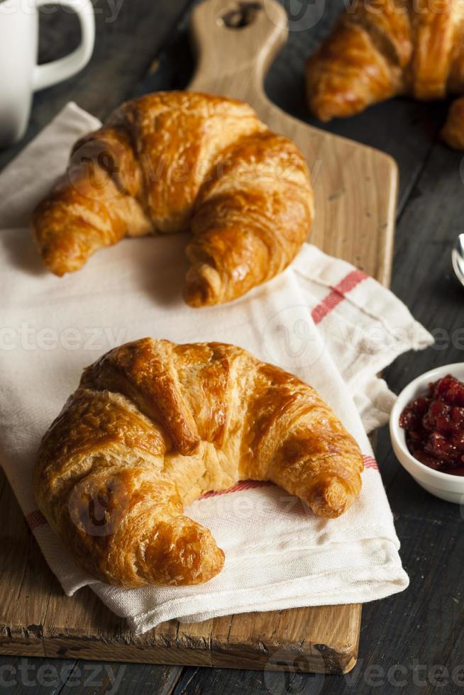 croissants franceses flakey caseiros foto