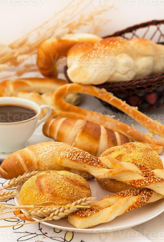 café da manhã frenc com croissants foto