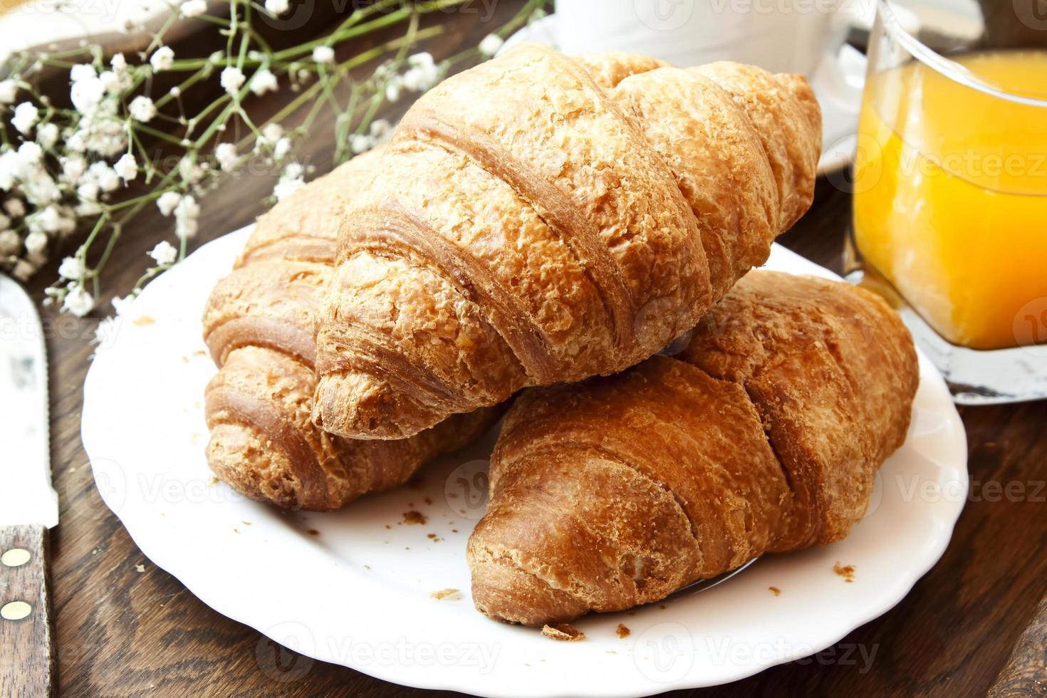 croissants franceses no café da manhã foto