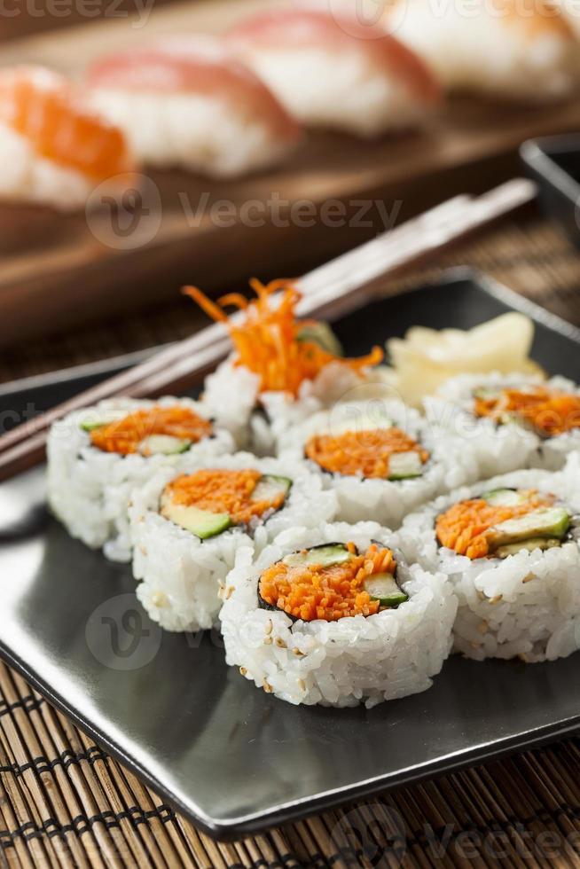 rolo de sushi maki vegetal japonês saudável foto