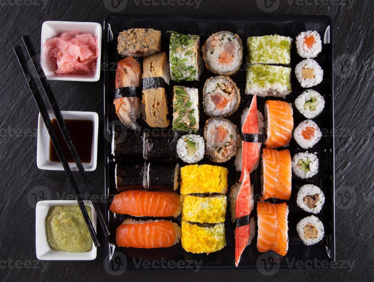 conjunto de sushi de frutos do mar japonês foto