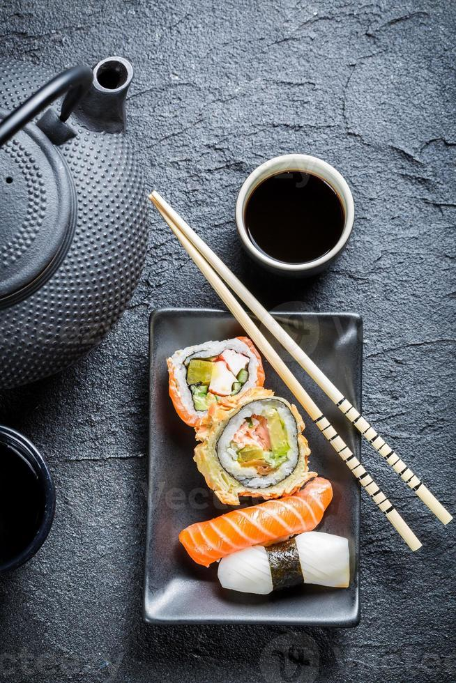 sushi servido com chá foto