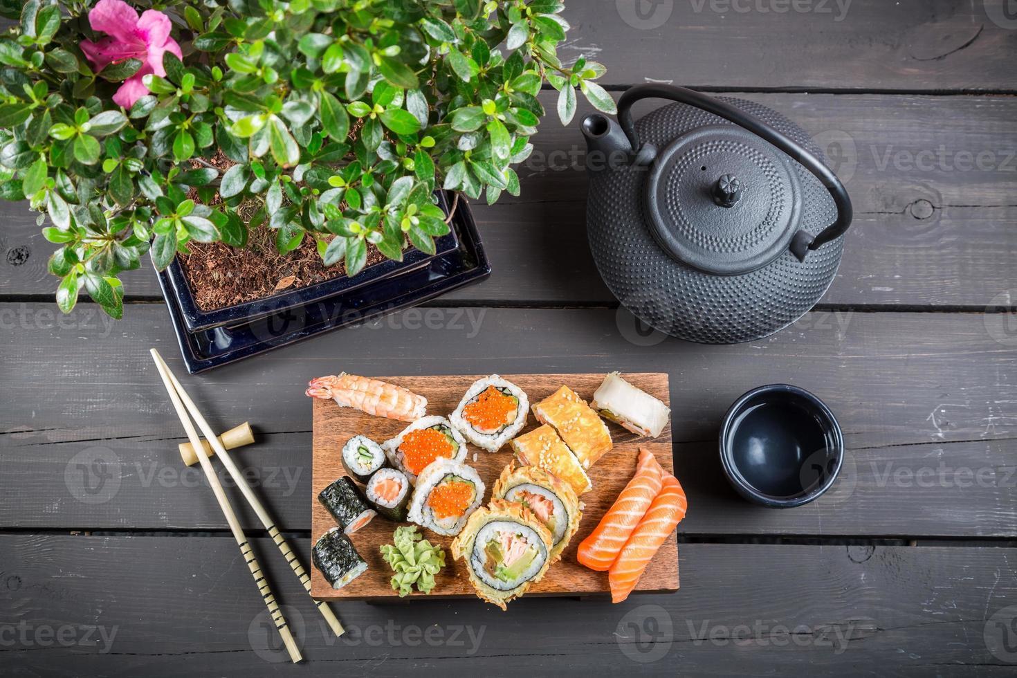 sushi servido e pronto para comer foto