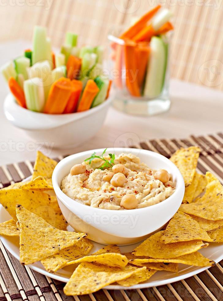 hummus caseiro saudável com legumes, azeite e batatas fritas com pita foto