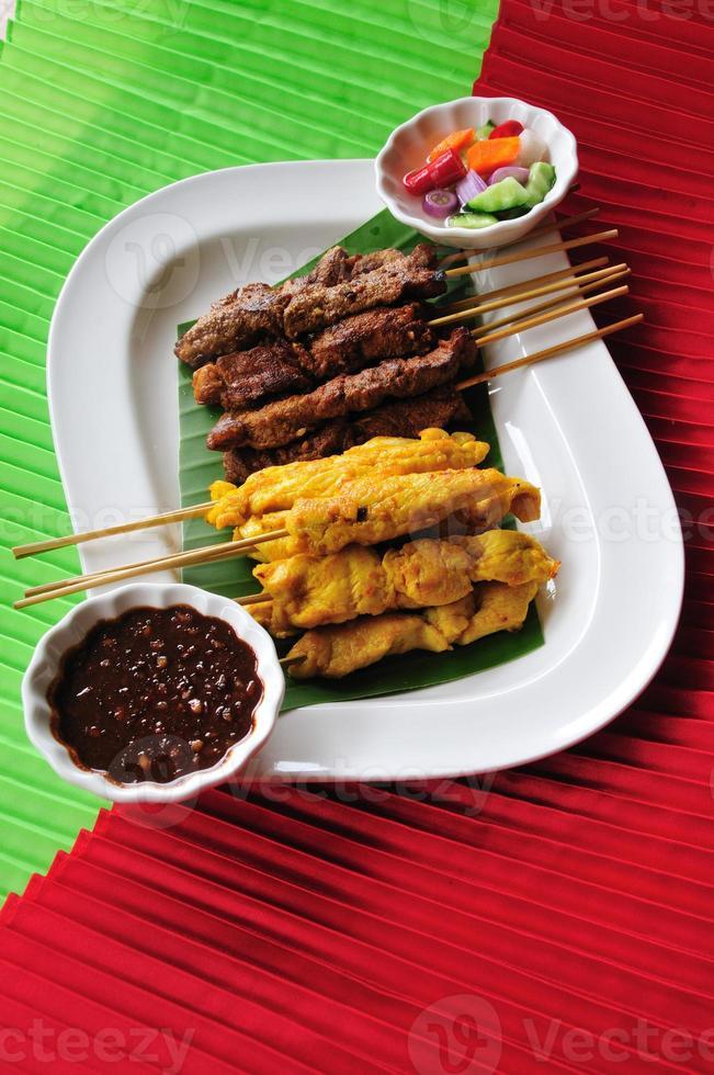 culinária tailandesa, espetadas de frango, espetadas de carne. foto