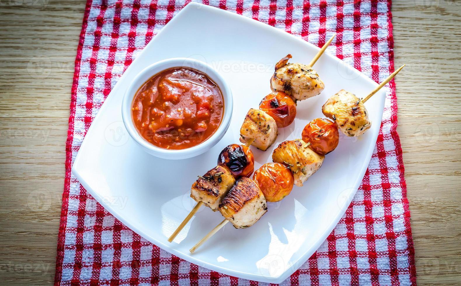 espetos de frango grelhado com tomate cereja foto